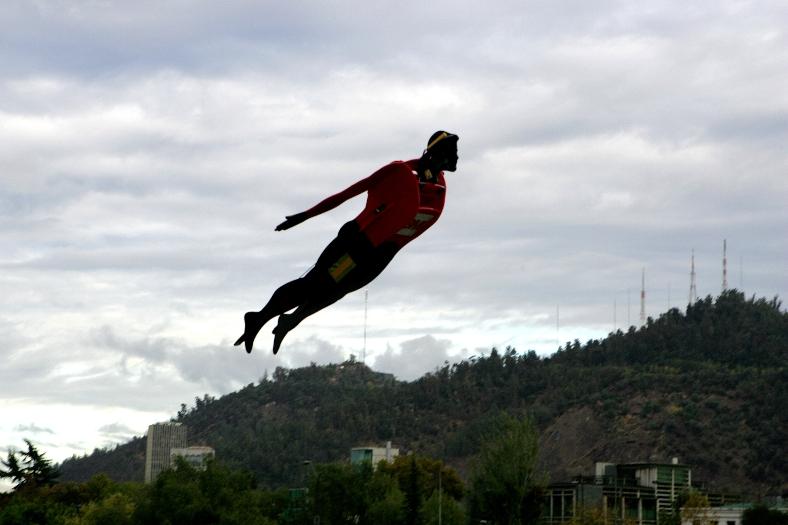 Hombre vuela sobre el mar