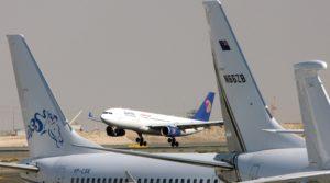 DUB01. DUBAI (EMIRATOS ÁRABES UNIDOS), 18/05/2016.- Imagen de archivo con fecha del 18 de noviembre de 2008 muestra un avión de la aerolínea EgyptAir durante su aterrizaje en la Exhibición de Negocios de Aviación del Oriente Medio (MEBA) en Dubai (Emiratos Árabes Unidos). De acuerdo con informes de medios un avión Airbus A320 del vuelo MS804 de la aerolínea EgyptAir desapareció del radar a unas 10 millas (16km) después de entrar en el espacio aéreo de Egipto. El avión, afirmó que llevaba 69 personas a bordo, 59 pasajeros y 10 tripulantes, despegó del aeropuerto Charles de Gaulle de Francia el 18 de mayo en la noche y se esperaba para aterrizara en El Cairo el 19 de mayo por la mañana. Según la cuenta de Twitter de la línea aérea, se pusieron en contacto las autoridades y organismos competentes para las inspecciones a través de los equipos de rescate. EFE / ALI HAIDER